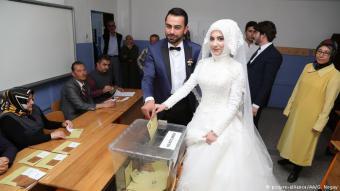 بدأ هذان العروسان التركيان حياتهما الزوجية بالتصويت على التعديلات الدستورية.
