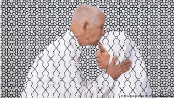قصص عائلية: فنانة الوسائط المتعددة أروى (Arwa Abouon) المنحدرة من ليبيا تنهي الارتباط بالصور التقليدية وتختار أسلوبا شخصيا: فهي تعرض أبويها. وفي الصورتين تقلب علاقة السلطة بين الجنسين.