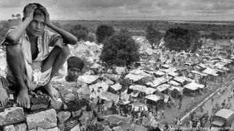 """ولادة دولتين: في عام 1947، تم تقسيم """"الهند البريطانية"""" إلى دولتين- الهند وباكستان. وكان مؤسس باكستان محمد علي جناح وحزب الرابطة الإسلامية في الهند قد طالبا باستقلال ذاتي للمناطق ذات الأغلبية المسلمة في الهند غير المقسمة، وفي وقت لاحق بدولة منفصلة للمسلمين. اعتقد جناح أن الهندوس والمسلمين لا يمكنهما الاستمرار في العيش معاً، لأنهما كانا يمثلان """"أمتان"""" مختلفتان تماماً."""