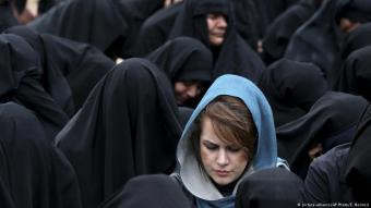 أضحى الحجاب مع مرور الزمن زياً أنيقاً يميز المرأة الإيرانية ويكشف أكثر مما يخفي من أجسادهن وجمالهن. وبات إظهار الشعر الملون جزءاً من أناقة المرأة.