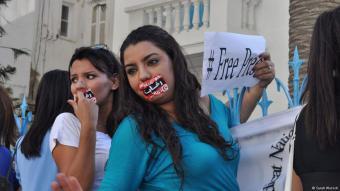 محتجتان تونسيتان ضد الرقابة ومع حرية الصحافة.