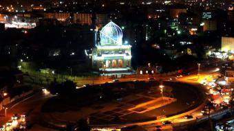 ساحة الفردوس: إنها الساحة التي شهدت عام 2003 إسقاط تمثال صدام حسين إيذانا بنهاية دولته. وبعد كل هذه السنين ما زالت ساحة الفردوس تفتقد لمسةَ أناقة وفخامة رسمية، وبقيت بدون هوية، مكتفية بمواجهة مسجد الشهيد الظاهر (الصورة). وأقيم تمثال عشوائي في ساحة الفردوس بعد إسقاط تمثال صدام حسين، لكنه رُفع وبقيت منصته المشوهة.