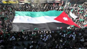 مظاهرات حاشدة أمام مقر رئيس الوزراء الأردني في عمان يوم 4 يونيو 2018  الصورة (picture-alliance/dpa/R. al-Adayleh)