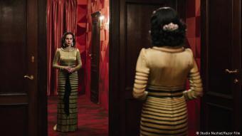 """أيقونة عربية: تُعتبر """"شيرين نشاط"""" ناشطة نسوية. والأكثر من ذلك، هي واحدة من أكثر الفنانات الإيرانيات نجاحاً. ولعدة سنوات كرّست صورها وفيديوهاتها لمواضيع المنفى والوطن. بيد أنها الآن تستكشف آفاقاً جديدة: في فيلم """"البحث عن أم كلثوم"""" تقدّم وجهة نظرها الشخصية حول المطربة المصرية الأسطورية."""