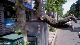 طفل في إيران يحاول استخراج ما يمكنه استخراجه من قمامة - بيروقراطية الفساد تحمي مافيا النفايات في طهران