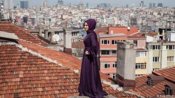 اسطنبول لا يمكن حصرها في أية خانة: اسطنبول هي المدينة الوحيدة في العالم الممتدة بين قارتين: أوروبا وآسيا. وفي مدينة مضيق البوسفور تلتقي التقاليد بالحداثة والدين بأسلوب الحياة العلماني. والكثيرون يقولون بأن هذا ما يطبع سحر المدينة.