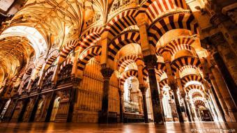 إسبانيا: عاش جزء من إسبانيا تحت الحكم الإسلامي لفترة طويلة، وما تزال تحتفظ في بعض مدنها بآثار ذلك. بحسب إحصاءات 2012، فإن أكثر من مليون و900 ألف شخص يعتنقون الدين الإسلامي في البلد. ينحدر أكثرية المسلمين هناك من الأصول الأمازيغية، خاصة من شمال المغرب وبعض البلدان الإفريقية. ويتوزع المسلمون على مناطق عديدة أهمها: مدريد وكتالونيا والأندلس وفالنسيا ومورثيا وكانارياس.