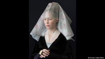 """حجاب سوزانه يونغمانس: انطلاقا من النظرة الأولى يمكن تخيل صورة يونغمانس """"الروح فوق المادة ـ جولي"""" أنها التحفة الهولندية """"صورة امرأة"""" للرسام روجي فان دير فايدن. غير أن الحجاب يتكون من مواد تلفيف، والخاتم هو غطاء علبة، والجزء الأعلى للباس يتم شده بإبرة."""