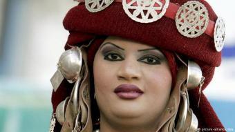 أنوثة أمازيغية - امرأة ليبية ترتدي لباسا مرصعا بالحُلي الأمازيغي.