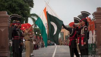 فعالية تناغم الأعلام الاستعراضية على الحدود الهندية الباكستانية.