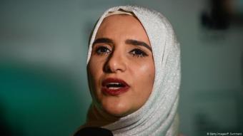 الروائية العمانية جوخة الحارثي عقب فوزها بجائزة مان بوكر الدولية لأفضل عمل أدبي مترجم للإنجليزية