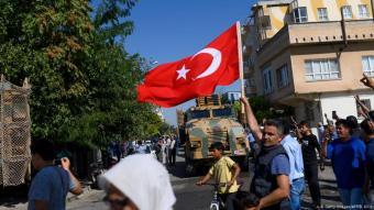 أعلنت الولايات المتحدة مبدئيًا الأحد 6 أكتوبر/ تشرين الأول الانسحاب الفوري لجزء من قواتها من شمال سوريا ثم تراجعت لتعلن أنه سيتم نشر ما بين 50 و100 فرد فقط من القوات الخاصة على القواعد العسكرية داخل البلاد.