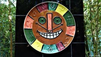 عمل يمزج بين الطبيعة والفن: تضم هذه الحديقة أعمالاً فنية مصنوعة من السيراميك، وتماثيل تم إحضارها من الكونغو بالإضافة إلى الأقواس المنمقة التي صنعها الفنان كيث هارينغ، كل هذه الأعمال الفنية جعلت من الحديقة عمل فني متكامل يجذب الأنظار، يتناغم وجودها بشكل لافت مع النباتات والزهور الموجودة في الحديقة. تقود الحديقة زوارها في متاهاتها ليستمتعوا بروعة جمالها المصحوب بالهدوء وبالطمأنينة.