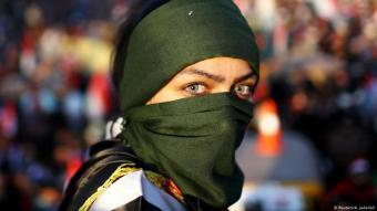 شابة عراقية تتظاهر ضد الفساد والطائفية في ساحة التحرير في بغداد.