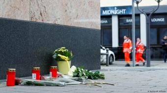 زهور وشموع أمام مقهى شيشة في هاناو قُتل ضيوفه
