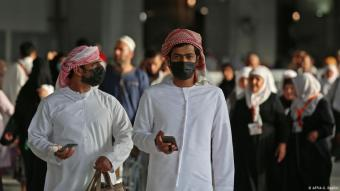 رجلان مرتديان قناع الوجه احترازاً من فيروس كورونا - السعودية