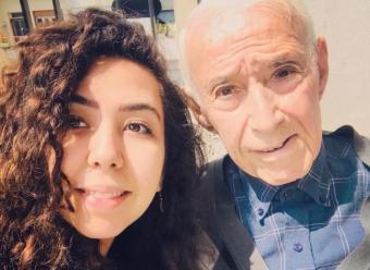 الكاتبة منار طيب تيزيني مع والدها المفكر الراحل طيب تزيني.