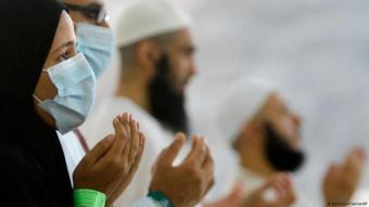 مسلمون أثناء الدعاء لله.