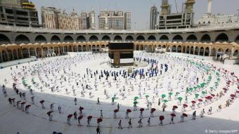 مسافة آمنة بين الحجاج: بعد عملية اختيار واسعة قامت بها السلطات، يشارك عام 2020 نحو 10 آلاف مقيم في السعودية في مناسك الحج التي تتواصل على مدى خمسة أيام، مقارنة بنحو 2,5 مليون مسلم ومسلمة حضروا عام 2019 من أنحاء العالم. وتم فحص حرارة القادمين والتأكد من سلامتهم.