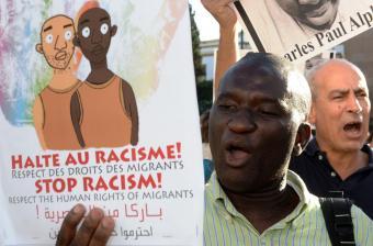 مظاهرة في العاصمة المغربية الرباط في 11 سبتمبر 2014 بعد مقتل مهاجر. الصورة: (Photo credit should read FADEL SENNA/AFP via Getty Images)