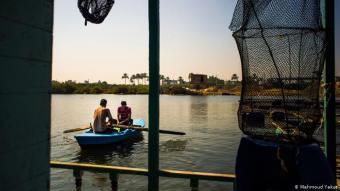 تقع مدينة رشيد في أحد فروع نهر النيل الذي يحمل اسم رشيد. وإضافة إلى الفلاحة يمارس عدد من سكانه الصيد على قوارب صغيرة ومتواضعة.