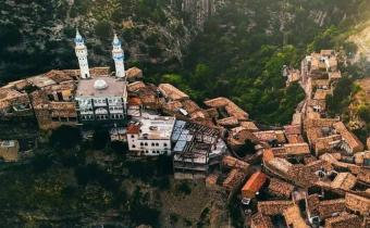 القليعة - قرية مخبأة بدروبها الصامتة بين جبال الجزائر