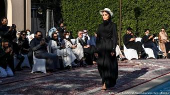 """بقبعة رعاة البقر: ثوب أسود اللون وقبعة بيضاء لرعاة البقر من الغرب الأميركي، تنوع """"محتشم""""، في العباءة السعودية التي يرى فيها كثيرون تراثا قديما."""