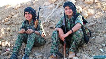 """الإعلام الغربي منبهر بالمقاتلات الكرديات اللاتي حملن السلاح وقاتلن ضد """"داعش"""""""