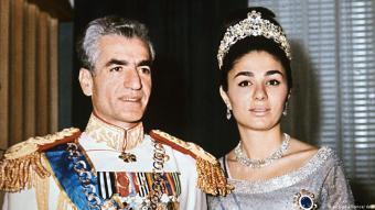 خلع شاه إيران عام 1979: انتهاء حقبة ملكية استمرت 2500 عام - في 16 كانون الثاني/يناير 1979 وتحت ضغط الشارع، غادر الشاه إيران دامع العينين لتنتهي بذلك حقبة ملكية استمرت 2500 عام في إيران.