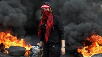 يخشى محللون من حدوث انهيار شامل في لبنان بعد التدهور المريع في العملة المحلية ما قد يدخل البلاد في نفق مظلم