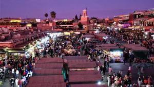 تتميز مراكش بكثافةٍ سكانيةٍ عالية، وهي مدينة مفعمة بالحياة والصخب. تمثل المدينة القديمة بأزقتها وأسواقها الملونة نموذجاً سياحياً في كل القارة الإفريقية، يعرض الباعة فيها الألبسة التقليدية والأواني الفخارية بالإضافة إلى المجوهرات.